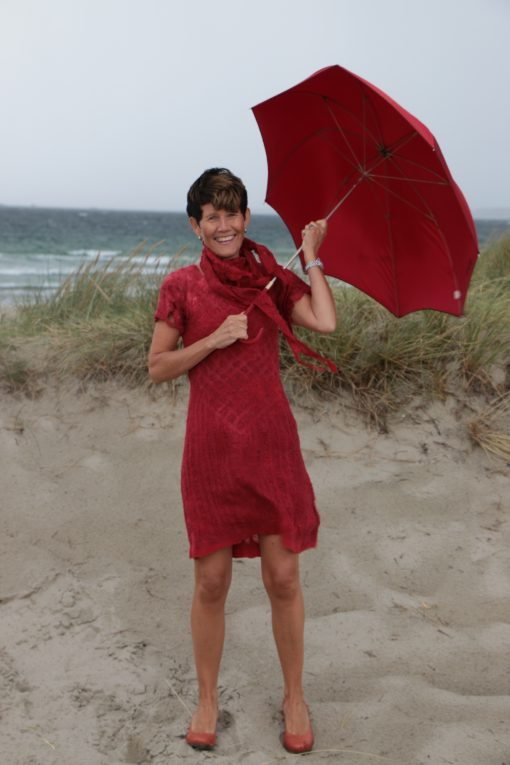 Rød filtet kjole uten sømmer